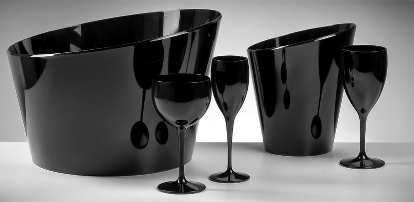 Zwarte ijsemmers en zwarte plastic champagneglazen
